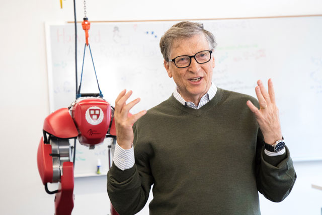 """The work here is taking robotics in many dimensions and in different realms,"" said Gates, who toured Harvard's Microrobotics Lab and the Biodesign Lab. Eliza Grinnell/SEAS Communications"